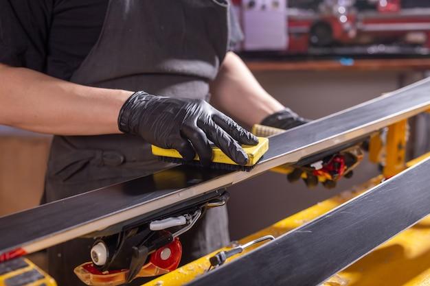 Mechanik w warsztacie naprawiającym narty