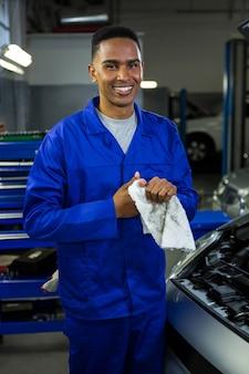 Mechanik wycierając dłoń w serwetkę