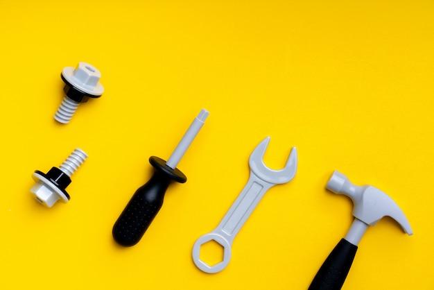 Mechanik zestaw zabawek dla dziecka w koncepcji edukacji kreatywnej w mieszkaniu