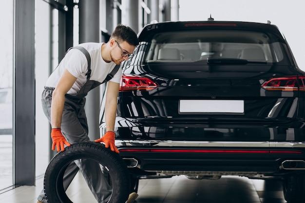 Mechanik zmieniający opony w serwisie samochodowym