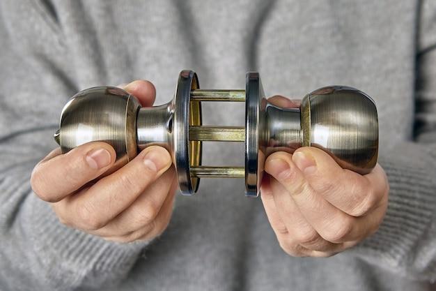 Mechanizm z trzpieniem z nowej mosiężnej klamki z zapadką i blokadą w rękach instalatora.