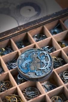 Mechanizm zegarka vintage z wieloma szczegółami z bliska