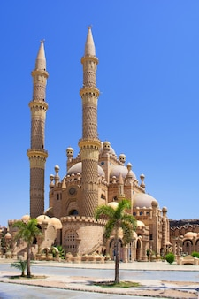Meczet al-sahaba na tle błękitnego nieba w sharm el sheikh