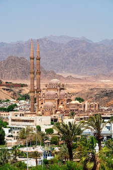 Meczet al-sahaba na tle gór półwyspu synaj w sharm el sheikh