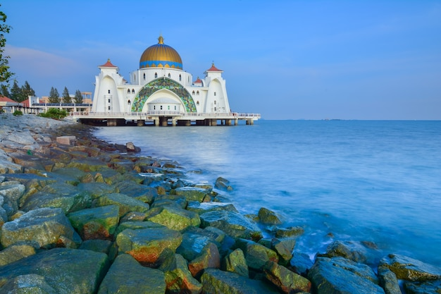 Meczet cieśniny malakka ( masjid selat melaka), jest to meczet położony na sztucznej wyspie malakka w pobliżu miasta malakka w malezji