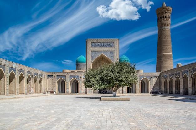 Meczet kalyan w poi kalyan kompleks religijny w buchara uzbekistan z pięknymi błękitnymi chmurami na niebie meczet kalyan światowe dziedzictwo unesco