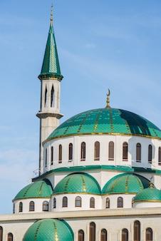Meczet katedralny w słoneczny dzień w cherkessk