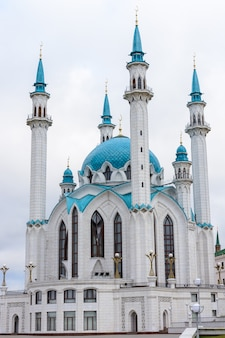 Meczet kol szarif znajduje się na kremlu kazańskim, tatarstan, rosja. jeden z największych meczetów w rosji. meczet pełni funkcję muzeum. widok z budynku maneża.