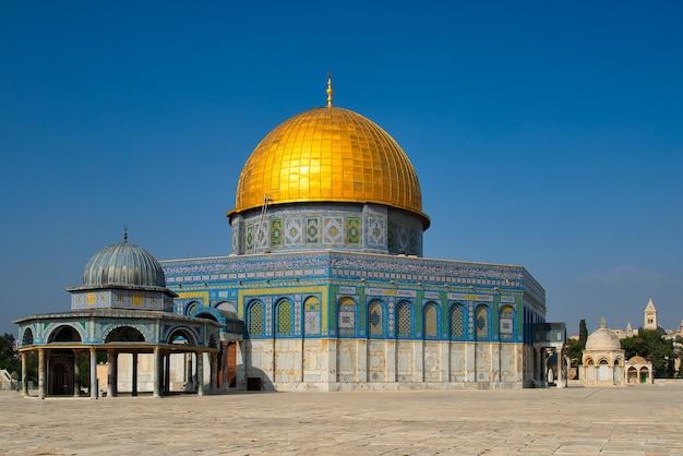 Meczet kopuła na skale