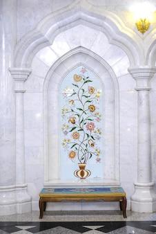 Meczet kul sharif, wnętrze, biała ściana z płytek z pięknymi ornamentami roślinnymi