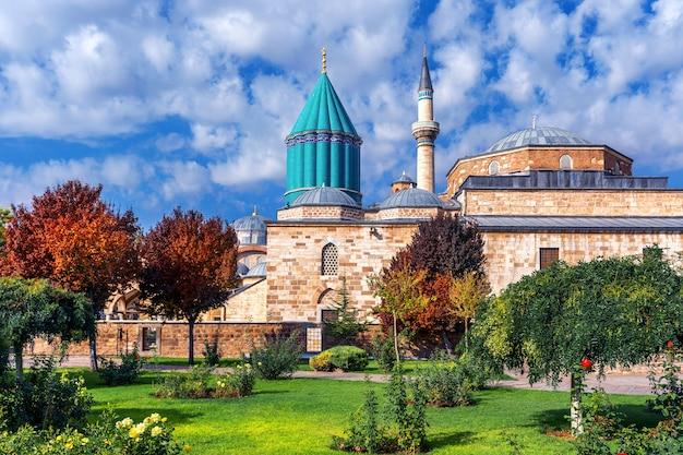 Meczet mevlana w konya, turcja.