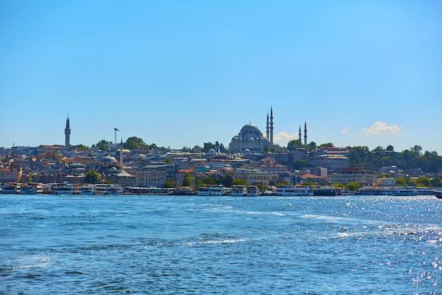 Meczet muzułmański w turcji. widok z bosforu