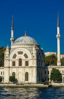 Meczet ortakoy na bosforze w stambule w turcji. ten meczet architektury odrodzenia barokowego
