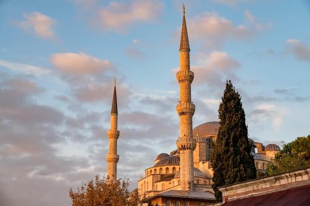 Meczet sultan ahmed lub sultan ahmet camii, znany również jako błękitny meczet z błękitnym niebem