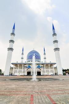 Meczet sułtana salahuddina abdula aziz shah, znany również jako błękitny meczet, jest meczetem stanu selangor w malezji. znajduje się w shah alam i jest największym meczetem w malezji.