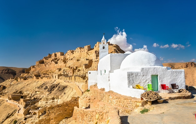 Meczet w chenini, ufortyfikowanej wiosce berberyjskiej w gubernatorstwie tataouine w południowej tunezji