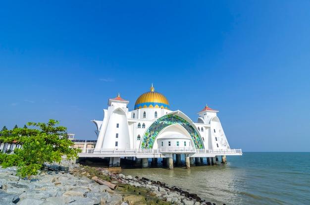 Meczet w cieśninie malakka (masjid selat melaka), malakka, malezja