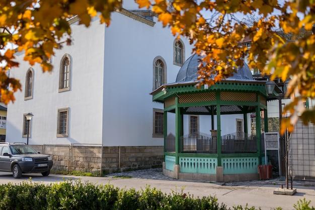 Meczet z fontanną z przodu sadrvan