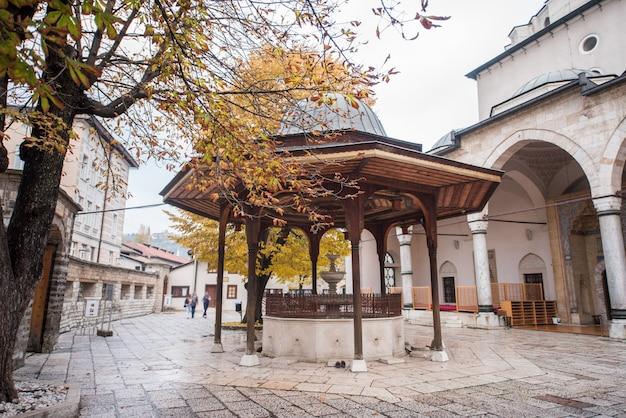 Meczet z fontanną z przodu