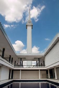 Meczetowy budynek przeciw niebieskiemu niebu