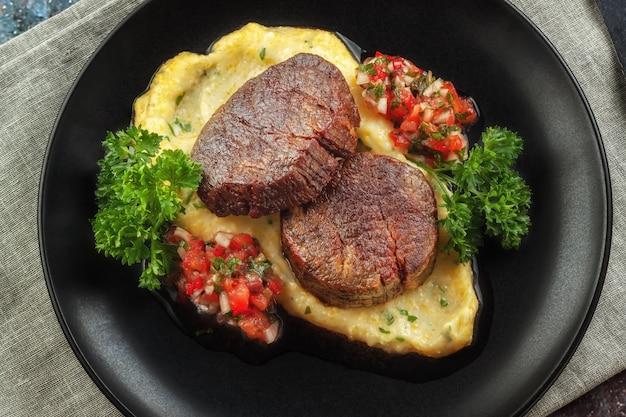 Medaliony wołowe z salsą pomidorową i kremową polentą