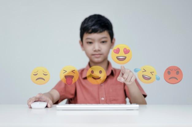 Media społecznościowe i koncepcja cyfrowej online, dzieci z wyborem emoji mediów społecznościowych. koncepcja życia na wakacjach i grania w media społecznościowe. dystans społeczny, praca z koncepcji domu.