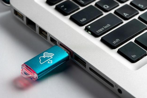 Media społecznościowe, ikona wifi i internet na dysku usb