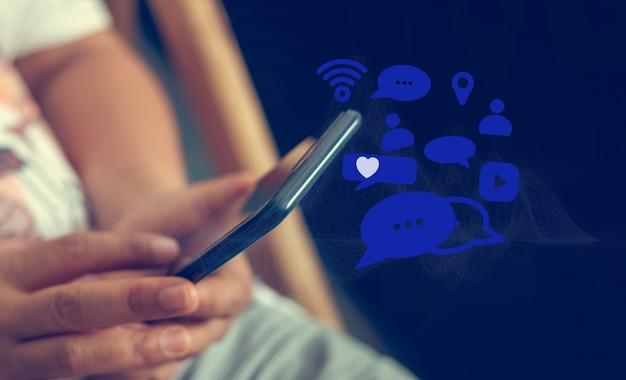 Media społecznościowe komunikuj się w dowolnym miejscu i czasie, koncepcje mediów społecznościowych.