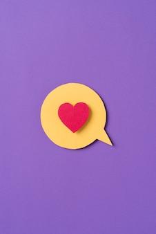 Media społecznościowe martwa natura w kształcie serca