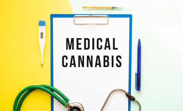 Medical cannabis tekst na papierze firmowym w folderze medycznym