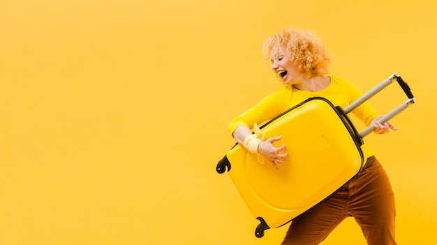Medim strzał blondynki kobieta z kopii przestrzenią