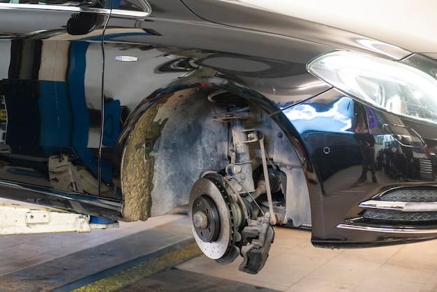 Mediolan, włochy 17 lutego 2021: szczegół wymiany samochodowego hamulca tarczowego w warsztacie mechanicznym