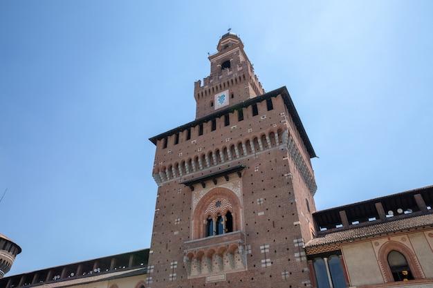 Mediolan, włochy - 27 czerwca 2018 r.: panoramiczny widok na zewnątrz zamku sforzów (castello sforzesco) znajduje się w mediolanie. został zbudowany w xv wieku przez francesco sforza