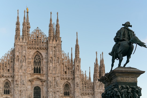 Mediolańska katedralna duomo i vittorio emanuele ii statua, lombardy, włochy.