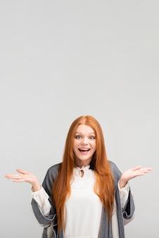 Medium shot szczęśliwa kobieta z kopiowaniem miejsca
