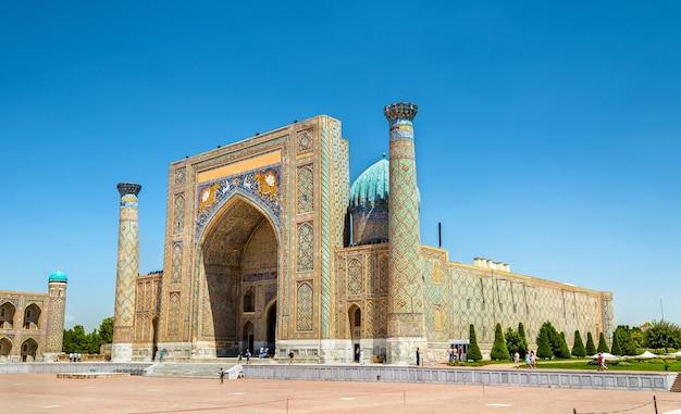 Medresa na placu registan w samarkandzie w uzbekistanie