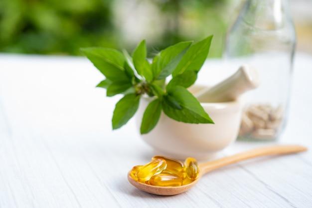 Medycyna alternatywna ziołowa kapsułka organiczna z witaminą e omega 3 olej z ryb.