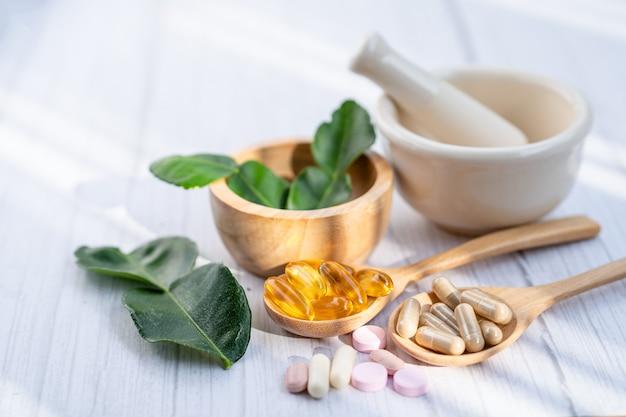Medycyna alternatywna ziołowa organiczna kapsułka z witaminą e omega 3 z olejem rybim.