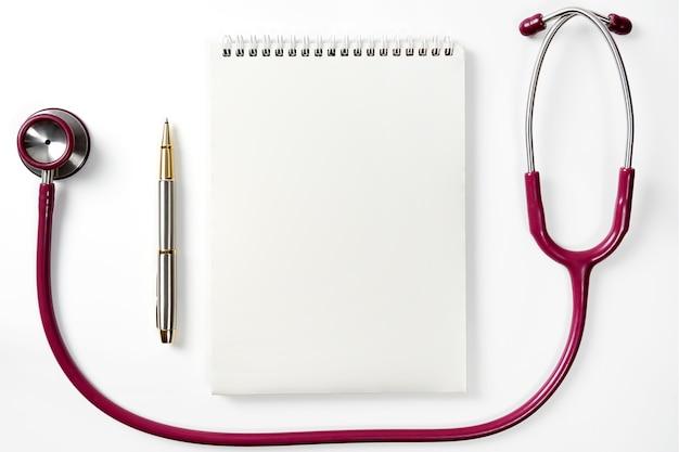 Medycyna i opieka zdrowotna koncepcja lekarzy stetoskop notatnik z piórem