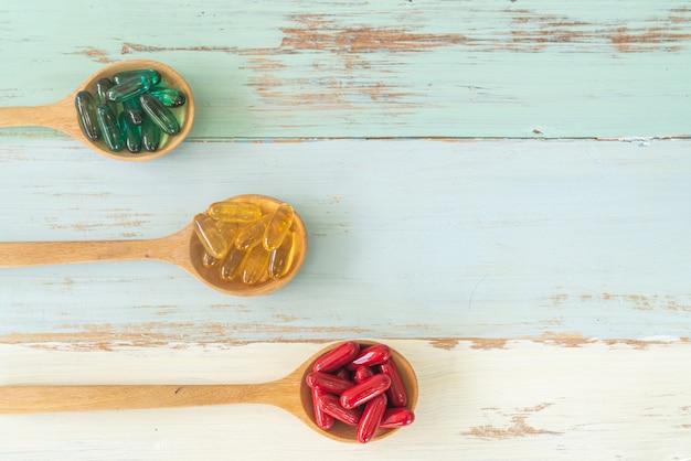 Medycyna na łyżkach na drewnianym stole, widok z góry