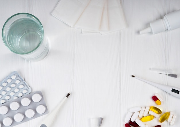 Medycyna, narkotyki. stos kolorowych tabletek opakowań i butelek.