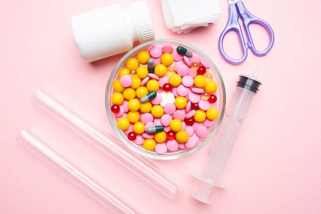 Medycyna płytka nożyczki leki medycyna różowe tło. zdjęcie wysokiej jakości