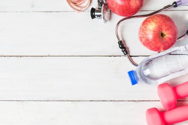 Medycyna Stetoskop I Jab? Ko Owoców Na Drewnianym Tle. Zdrowy Styl? Ycia Koncepcji Obrazu. Darmowe Zdjęcia