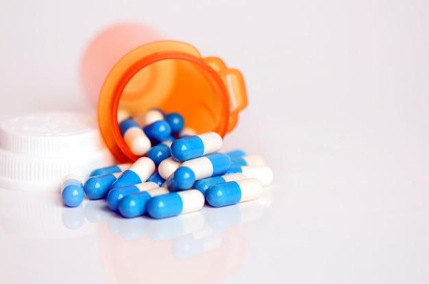 Medycyna w butelce chronionej światłem.