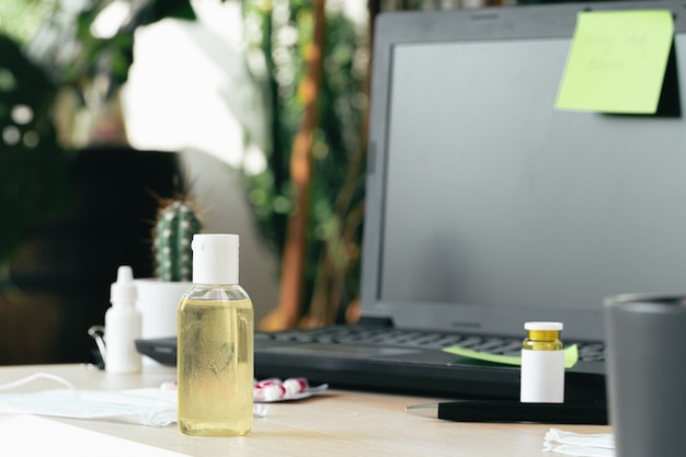 Medycyny butelka na biurowym stole z laptopu zakończeniem up