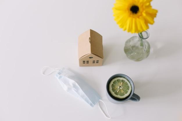Medyczna maska termometr i herbata z cytryną koncepcja pobytu w domu koronawirus covid19
