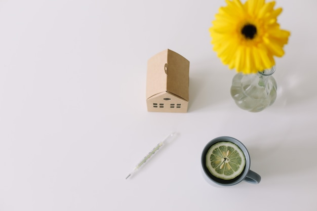 Medyczna maska termometr i herbata z cytryną pozostań w domu koncepcja koronawirusa covid19 tło