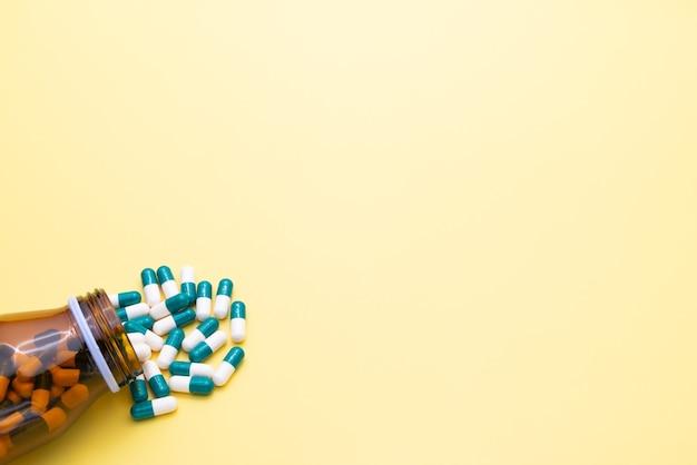 Medyczna pigułka leku i szklana butelka z miejsca na kopię.