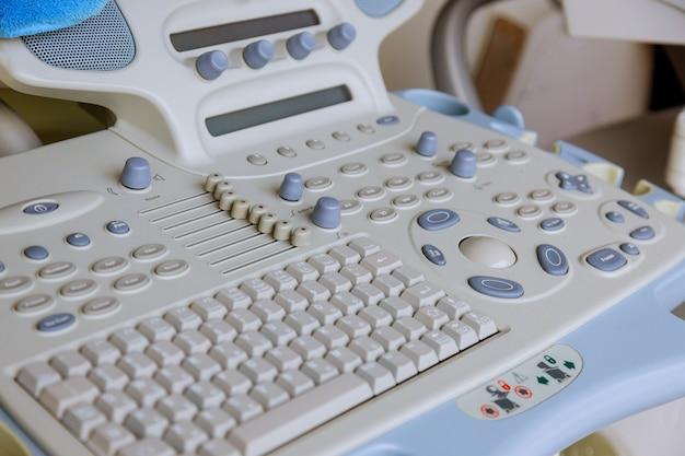 Medyczna ultradźwiękowa maszyna z nowoczesnym sprzętem medycznym w magazynie przygotowywana do sprzedaży