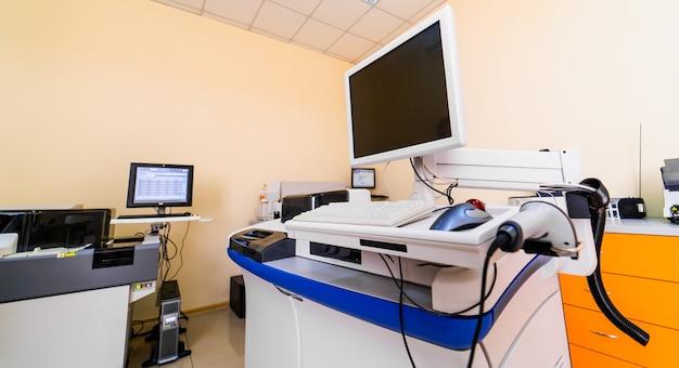 Medyczna wirówka do krwi z ekranem w laboratorium. laboratorium hematologii. diagnozowanie zapalenia płuc. covid-19 i identyfikacja koronawirusa. pandemia